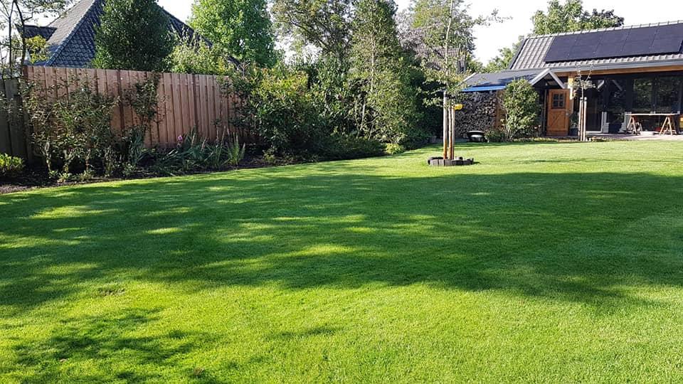 Sproeisysteem in het gras verwerkt - Piek hoveniers